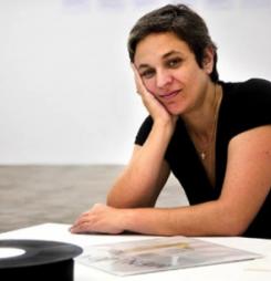 Entrevista a Dora García: » La crisis es un estado habitual en los artistas, nunca hemos tenido épocas de bonanza «.